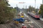 Baiersdorf 22.10.10: Baustelle im Überblick, im Vordergrund drei neue Fahrleitungsmasten