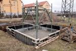 Mast 8099: Das etwa 3 Meter hohe Mastunterteil wurde platziert und ausgerichtet, die Schalung ist montiert
