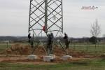 Mast 8100: Vier Monteure fädeln den Mast ein