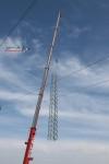 Mast 8100: es Mastturm am Haken des Kranes