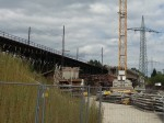 südicher Stützpfeiler, im Hintergrund der zu etwa 1/6 fertiggestellte Flußüberbau und der nördliche Landüberbau