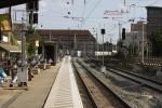 Erlangen 30.08.14: Fast fertig gepflastertes Bahnsteig-Südende, links der Singalwiederholer für 27N1