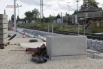 Bruck 17.08.14: Neuer Behelfsbahnsteig: Fundament für Fahrkartenautomat, im Hintergrund Anker für die Unterkonstruktion der Bahnsteiges