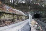 Burgbergtunnel 21.11.14:  links oben wurden  Bohrpfähle in den Hang getrieben. Links neben dem Tunnelmund demontierte Sandsteine