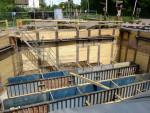 Oberasbach, 14.5.2015 - Baugrube der künftigen Fußgängerunterführung neben dem bestehenden Bahnübergang