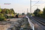 Baiersdorf 22.08.15: Bohrungen für die Masten der Lärmschutzwand; Blick vom Südlichen Bahnsteigende
