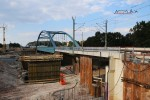 Bruck 22.08.15: Fundamentarbeiten an der neuen Stabbogenbrücke; Im Hintergrund sind die ersten Stahlteile (Unterbau) zu sehen
