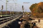 Bubenreuth 31.10.15: Links ist das alte Gleis samt Fahrleitung bereits abgebaut. Nur der Bagger steht noch auf einem etwa 50 Meter langen Gleisstück