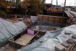 Bubenreuth 23.10.15: Fundament für nördliches Widerlager EBR Neue Straße, im Hintergrund Betonarbeiten am südlichen Widerlager