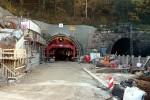 Burgbergtunnel 31.10.15: Das erste, noch freiligenden Tunnelstück ist betoniert, der Schalwagen ist in den Tunnel vorgerück. Links Arbeiten an der Stützmauer