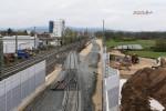 Baiersdorf 13.04.16: Künftiger Gleisverlauf des Süd-Nord-Ferngleises nach Ausbau der Bauweiche durch die Schotterverteilung erkennbar