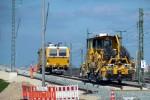 Eltersdorf 11.04.16: Schotterbesen und Messtriebwagen am südlichen Gleisende des Überwerfungsbauwerkes