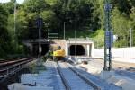 Erlangen 07.06.16: Blick auf die Tunnelportale; am Ende des S-Bahn-Wendegleises steht ein 2-Wege-Bagger
