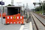 Eltersdorf 26.07.16: Der Zuweg zum Aufzug. Rund 2,20 Meter stehen zwischen Bahnsteigkante und Schutzhäuschen des Treppenabgangs zur Verfügung