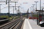 Eltersdorf 07.08.16: Blick vom Mittelbahnsteig in Richtung Süden, im Hintergrund die Verschwenkstelle