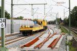 Erlangen 11.08.16: Der Gleiskran vor Teilen der Weiche 908