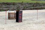 Schritt 1: Ein Doppel-T-Träger wird etwa 3 bis 4 Meter in den Boden gerüttelt oder gerammt; neben dem Träger die Fundamentbewehrung für einen Flachmast (4 Gewindestangen) mit eingeflochtenen Gewindestangen zur Mastbefestigung