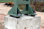 Schritt 6: Der Mast wird aufgestellt und ausgerichtet; gut zu sehen die Ausgleichsbelche