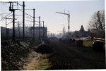 Bubenreuth 3.12.16: Blick von km 28,0 in Richtung Süden; rechts die frisch betonierten Mastfundamente: die Fahrleitung für das Gegengleis wird an den bereits stehenden Mittelmasten mit aufgehängt
